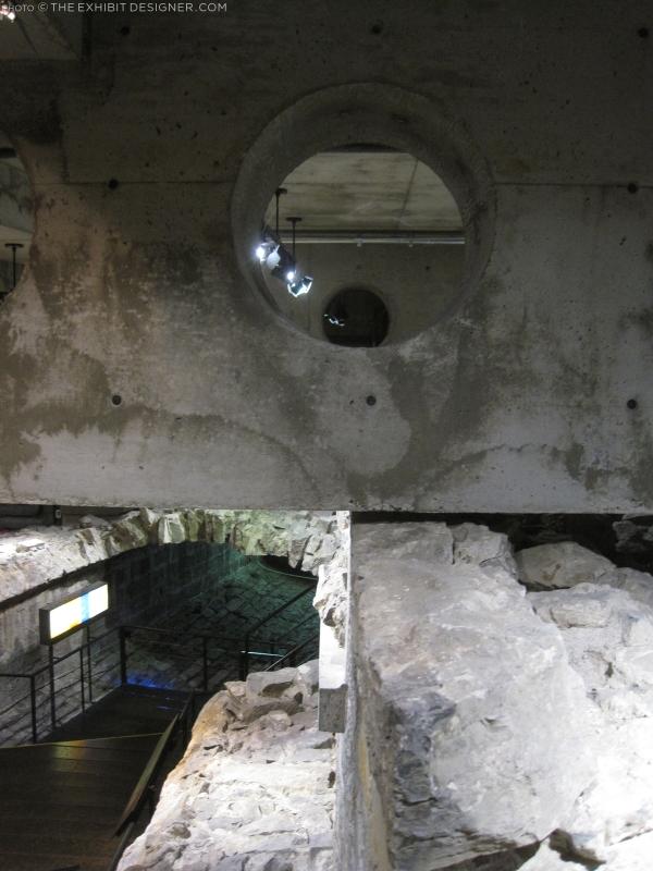 theexhibitdesigner_Pointe-a-Calliere_passageway